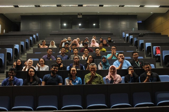 Dr K K Liaw and participating Students of UTP.