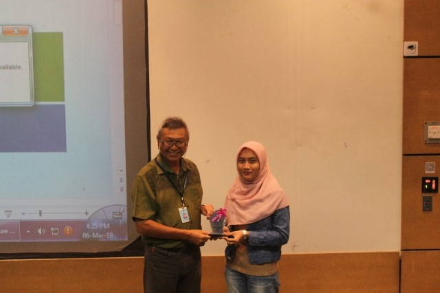 Dr K K Liaw being presented with a token of appreciation.
